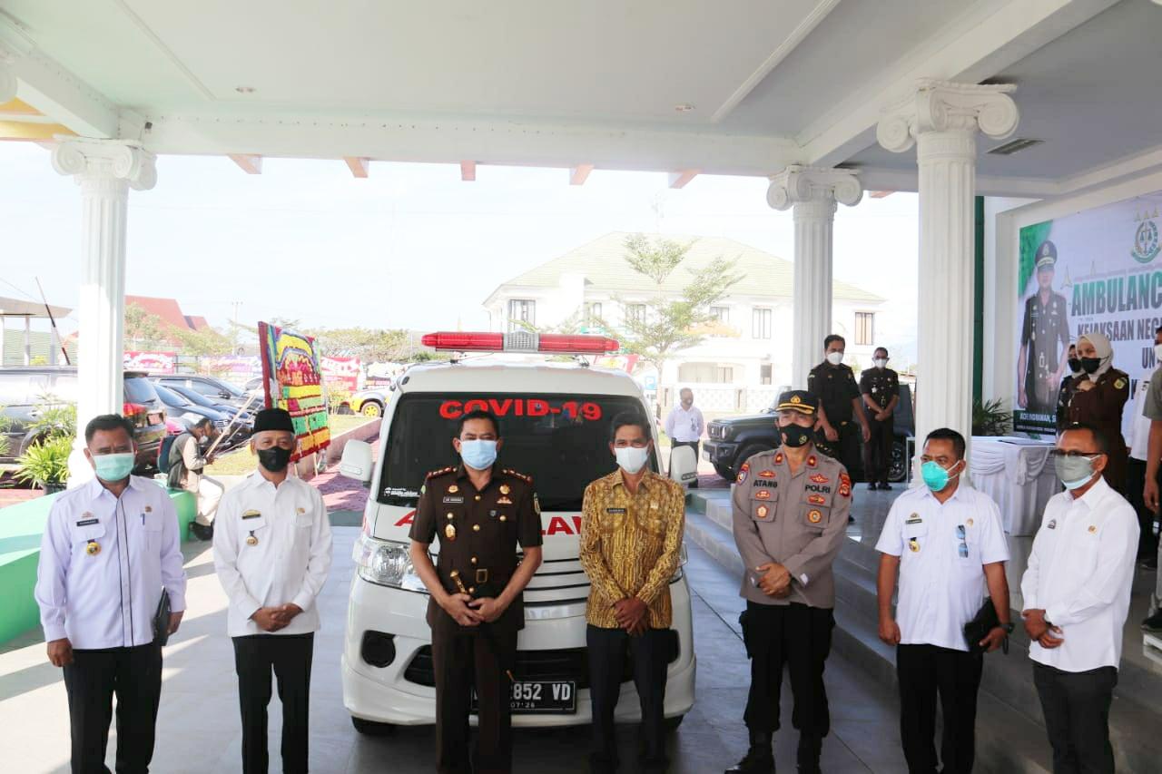 Kajari Pringsewu Serahkan Satu Unit Mobil Ambulance kepada Pemkab Pringsewu